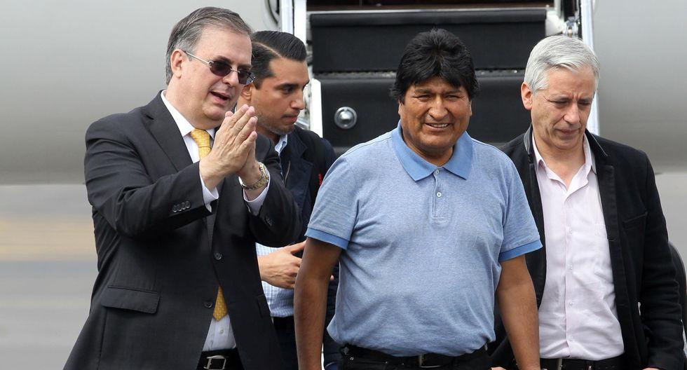 El canciller mexicano Marcelo Ebrard (izquierda) recibe al expresidente de Bolivia Evo Morales y al exvicepresidente Álvaro García Linera a su llegada a México. (EFE/ Mario Guzmán).