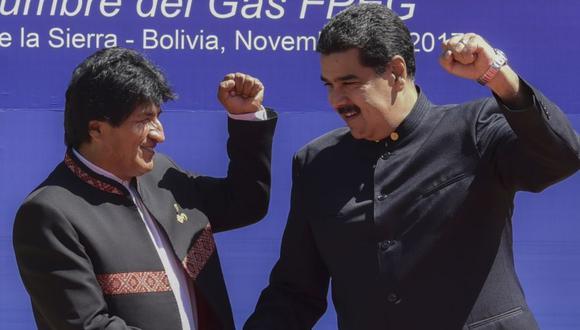 El presidente de Bolivia, Evo Morales (izquierda), se da la mano con su homólogo venezolano, Nicolás Maduro, durante la IV Cumbre del Foro de Países Exportadores de Gas (FECG) en Santa Cruz de la Sierra, Bolivia. (Foto: Archivo/ AFP).