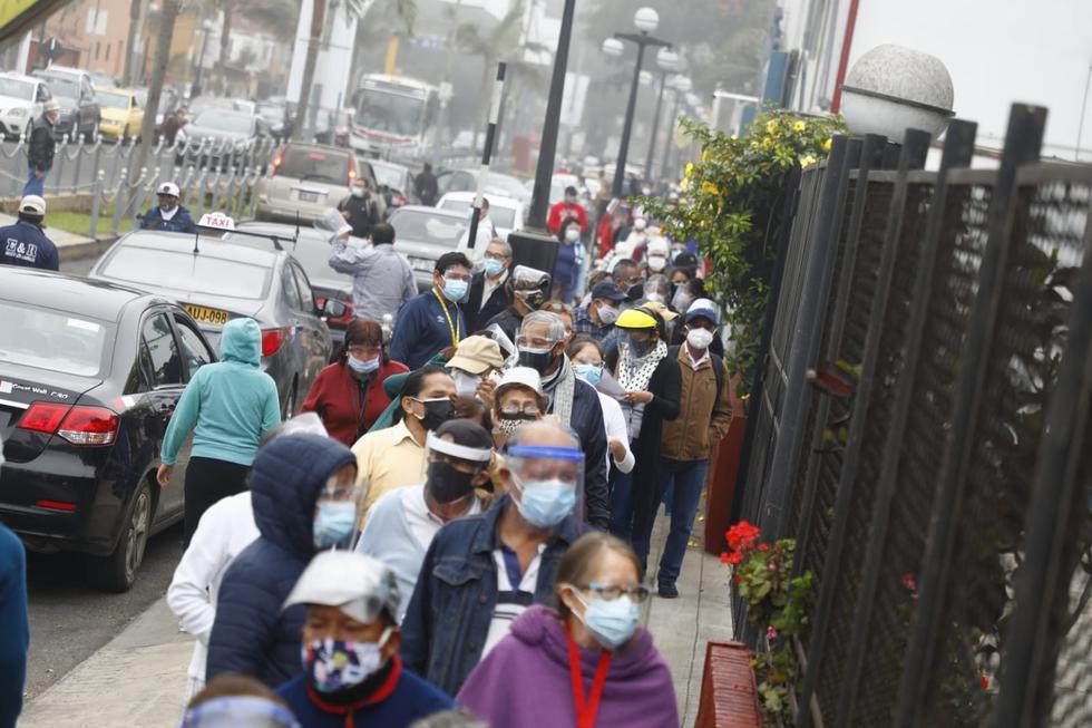 Gran malestar en adultos mayores y sus familiares causaron las largas colas registradas esta mañana en un centros de vacunación contra el coronavirus ubicado en el colegio Pedro Ruiz Gallo, en Chorrillos. (Eduardo Cavero / @photo.gec)
