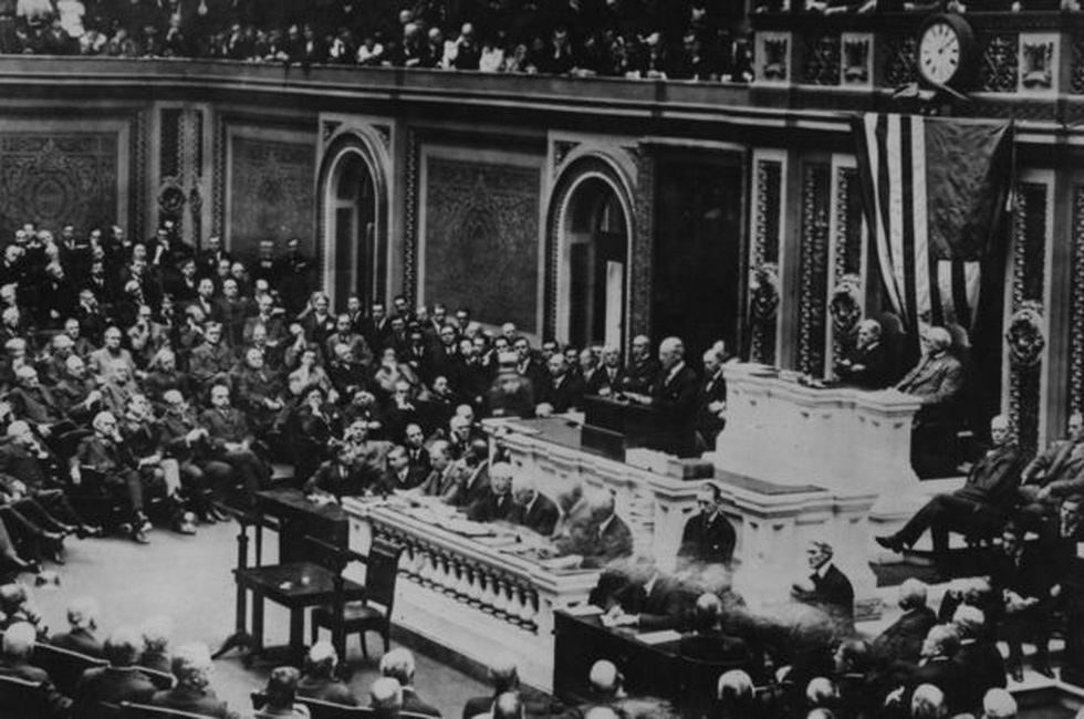 En 1917, Estados Unidos anuncia que deja su posición neutral y le declara la guerra al Imperio Alemán y sus aliados.
