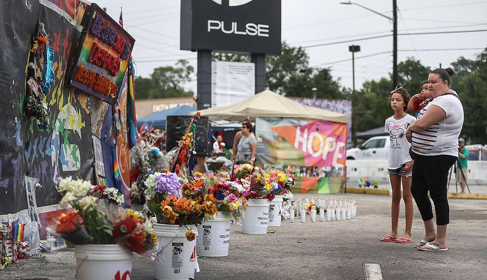 ORLANDO, FL - JUNE 12: People visit the memorial to the victims of the mass shooting setup around the Pulse gay nightclub one year after the shooting on June 12, 2017 in Orlando, Florida. Omar Mateen killed 49 people at the club a little after 2 a.m. on June 12, 2016.   Joe Raedle/Getty Images/AFP == FOR NEWSPAPERS, INTERNET, TELCOS & TELEVISION USE ONLY ==
