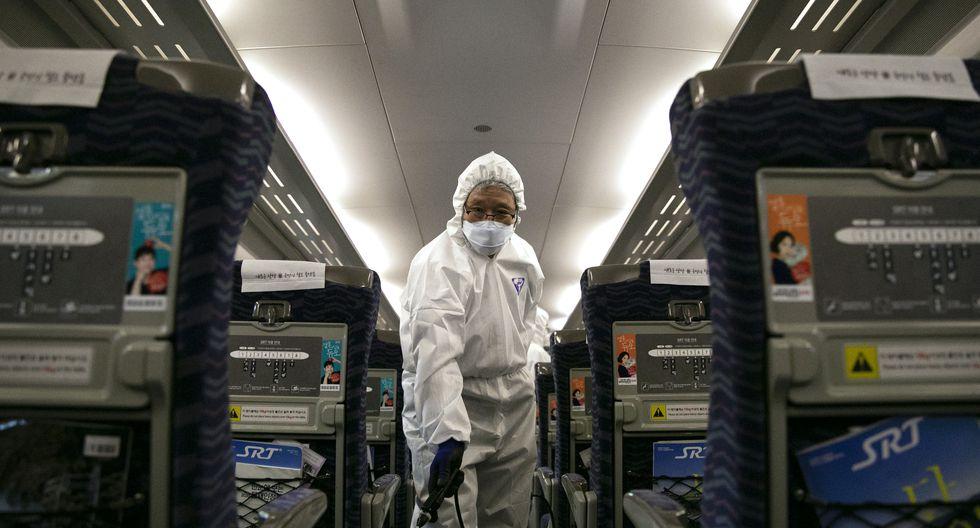 El personal médico que usa trajes de protección contra coronavirus de Wuhan. (Foto: AFP)