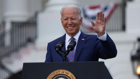 El presidente de Estados Unidos, Joe Biden, saluda mientras pronuncia sus comentarios en la Casa Blanca durante la celebración del Día de la Independencia en Washington, Estados Unidos. (Foto: REUTERS / Evelyn Hockstein).