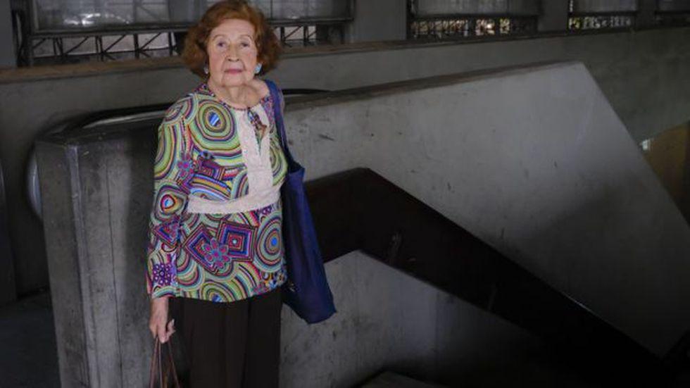 """A sus 86 años, la señora Celina Reyes sigue usando el metro a diario. """"Hay zonas en las que no entro porque me tumban"""", cuenta."""