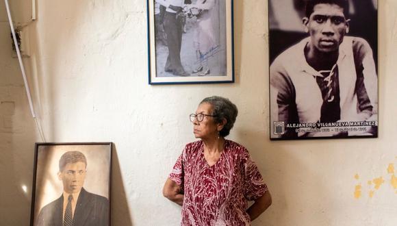 EN NOMBRE DE MI PADRE. Luzmila Villanueva, 84 años, mantiene viva la memoria de su padre, Alejandro Villanueva, en su casa del Rímac. Cuenta que le reza todos los días. Aquí vive junto a sus sobrinas, que la protegen y le dan los cuidados necesarios, sobre todo en estos días de pandemia. (Foto: Omar Lucas)