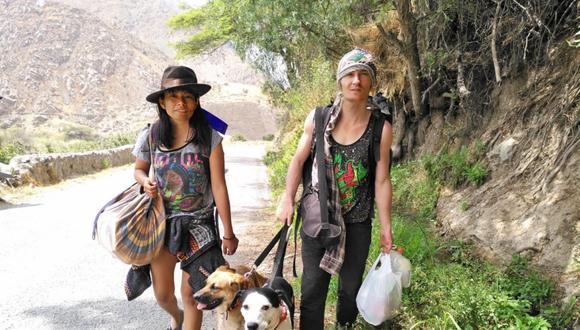 Angie Chávez y Joss Pichavant junto a Sombra y Sol en uno de sus viajes recientes a Antioquía, ubicada en la provincia de Huarochiri, en el Departamento de Lima.