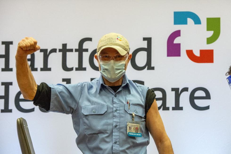 Wilfredo Rivera celebra la vacunación contra el COVID-19 en el primer lote de la vacuna de Moderna en el hospital Hartford, en Connecticut el 21 de diciembre de 2020. (Foto: JOSEPH PREZIOSO / AFP)