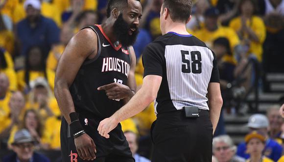 James Harden fue tocado por Klay Thompson en el último tiro de los Rockets y no fue sancionado con foul.   Foto: AFP