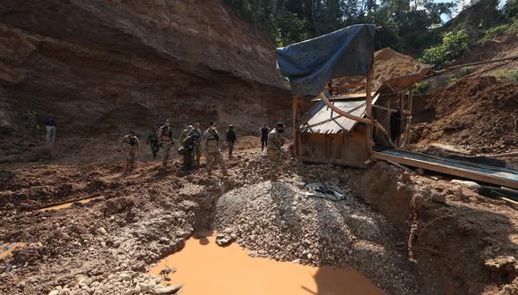 Dragas y otras máquinas usadas para la extracción de oro en Madre de Dios fueron destruidas el pasado 19 y 21 de julio por las Fuerzas Armadas y de la Policía Nacional del Perú (Foto: GEC/Alessandro Currarino)