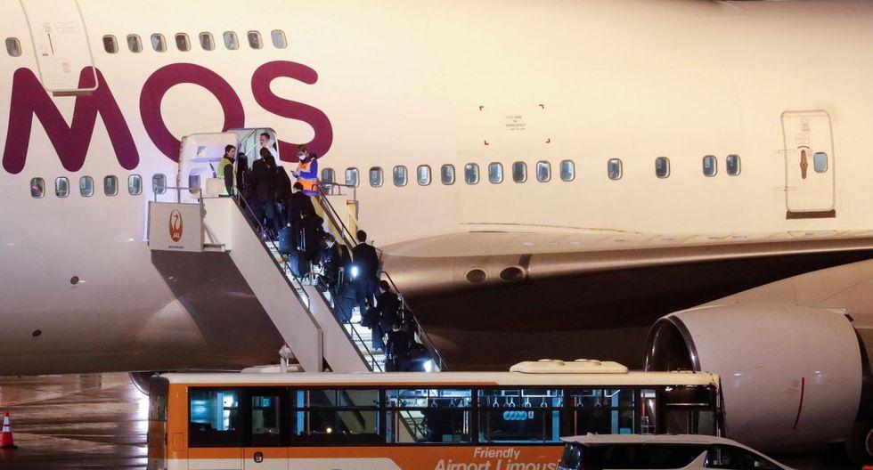 Las personas abordan un avión alquilado para pasajeros británicos después de abandonar el crucero Diamond Princess. (Reuters).