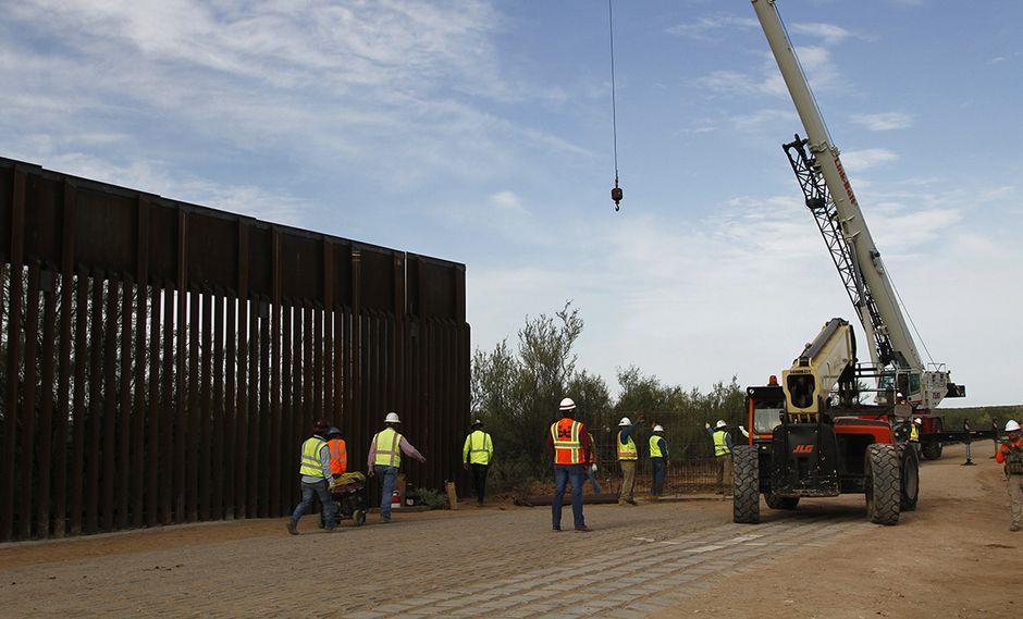 La construcción de una porción del muro fronterizo, entre Estados Unidos y México, financiada por el Pentágono, comenzó cerca de Yuma, Arizona. (Foto: AP)