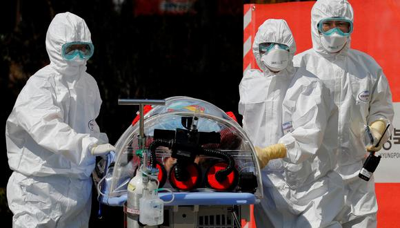 ¿Qué pasa si hay riesgo de contraer coronavirus en tu trabajo?: En España ya hay una guía para estos casos. En la foto, unos médicos trasladan a un paciente en Corea del Sur. Foto: Reuters