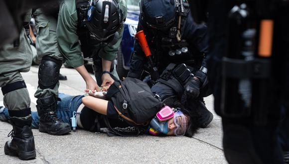 La policía detiene a un manifestante durante una manifestación contra la implementación de la ley de seguridad nacional en Hong Kong, China, el 24 de mayo de 2020. (EFE / EPA / JEROME FAVRE)