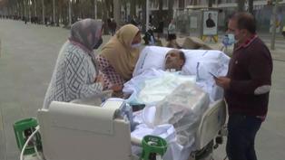 En Barcelona, reencuentro familiar frente al mar tras 48 días en cuidados intensivos