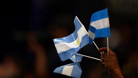 En la imagen: un hombre agita banderas nacionales argentinas durante un mitin de trabajadores del sindicato para celebrar el Primero de Mayo en Buenos Aires, Argentina, 1 de mayo de 2017. (Foto: Reuters/ Marcos Brindicci)