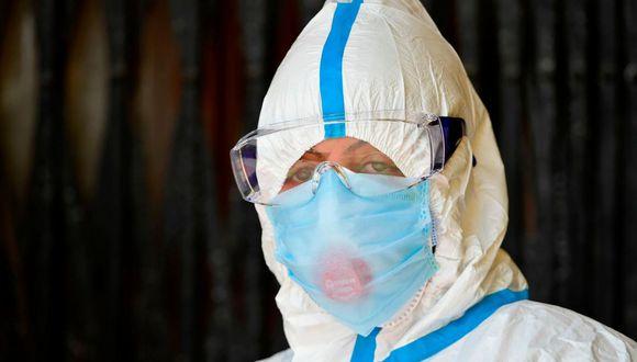 Los mamelucos u overoles blancos que protegen a los profesionales de la salud, son parte del EPP regular que se usa en muchos países en primera fila contra el COVID-19. (Foto: AFP)