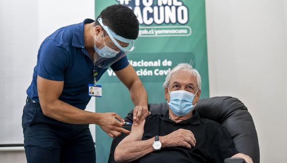 Imagen muestra al presidente de Chile Sebastián Piñera siendo inoculado con la vacuna Sinovac contra el COVID-19 en un centro de salud en Futrono, sur de Chile, el pasado 12 de febrero de 2021. (MARCELO SEGURA / PRESIDENCIA DE CHILE / AFP / ARCHIVO).