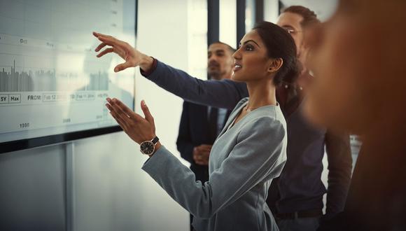 Las mujeres aún se enfrentan a obstáculos para ascender en una empresa. (Foto: Archivo)
