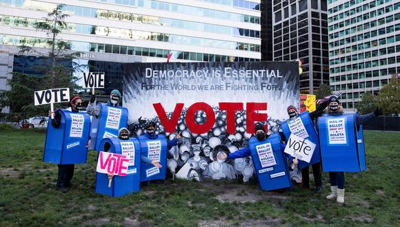 Voluntarios en Philadelphia, Pensilvania, uno de los estados decisivos en esta elección, alientan a más personas para que ejerzan su derecho al sufragio. (Reuters)