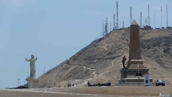 El polémico Cristo del Pacífico, el Monumento al Soldado Desconocido, y de fondo las antenas retransmisoras de radio y televisión. El Morro Solar de Chorrillos es un espacio con historia y matices. (Foto: Lino Chipana)