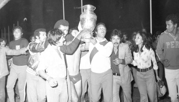 La Copa América 1975 en manos de uno de sus próceres: Enrique Casaretto Sono. Perú celebraba el segundo título de su historia. (FOTO: Archivo Histórico El Comercio)