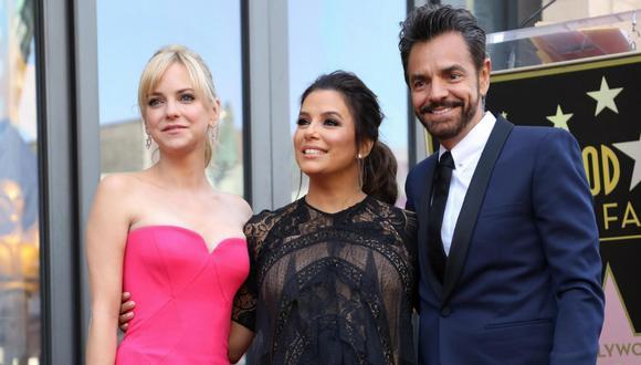 Eva Longoria posa sobre la estrella que recibió en el Paseo de la Fama en Hollywood con Eugenio Derbez y Anna Faris   Foto: EFE