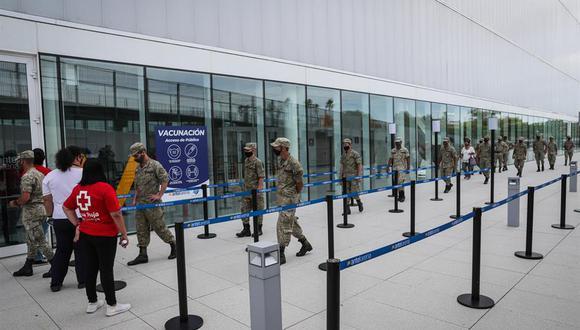 Militares uruguayos acuden a un centro de vacunación en Montevideo. (EFE/ Federico Anfitti).