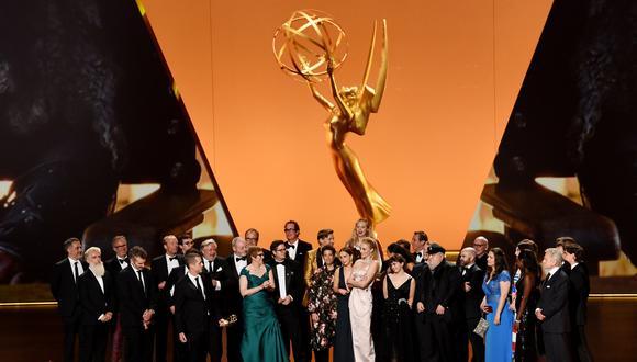 """Emmy 2019. El elenco y equipo de """"Game of Thrones"""" al momento de recibir el premio a Mejor serie dramática. Foto: AFP."""
