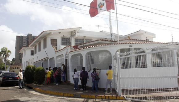 """La Cancillería peruana precisó que la respuesta del Gobierno venezolano fue recibida el 12 de marzo y para esa fecha """"la ONPE, de acuerdo a su cronograma electoral, ya había concluido la impresión del material electoral (Foto referencial del consulado peruano en Venezuela: Difusión)"""