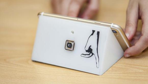 """El dispositivo capta los gestos de las personas y los """"traduce"""" casi automáticamente en un smartphone. (Foto: Ingeniería UC)"""