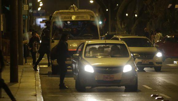 Choferes de colectivos usan varias calles como paraderos. Pasajeros también provocan caos deteniendo a estos taxistas informales en lugares no autorizados. (Foto: Alonso Chero / El Comercio)