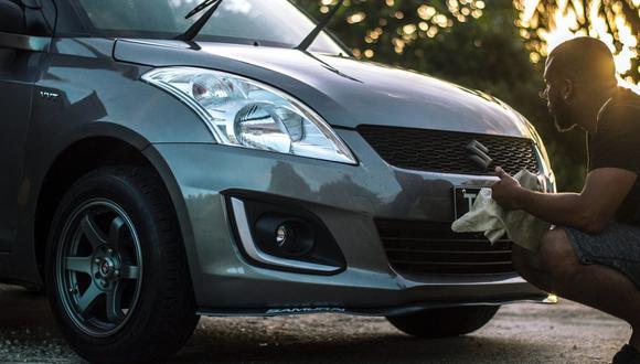 Para que las luces frontales del auto queden bien limpias siempre hay que tener un trapo a la mano. (Foto: Sleepi Alleyne / Pexels)