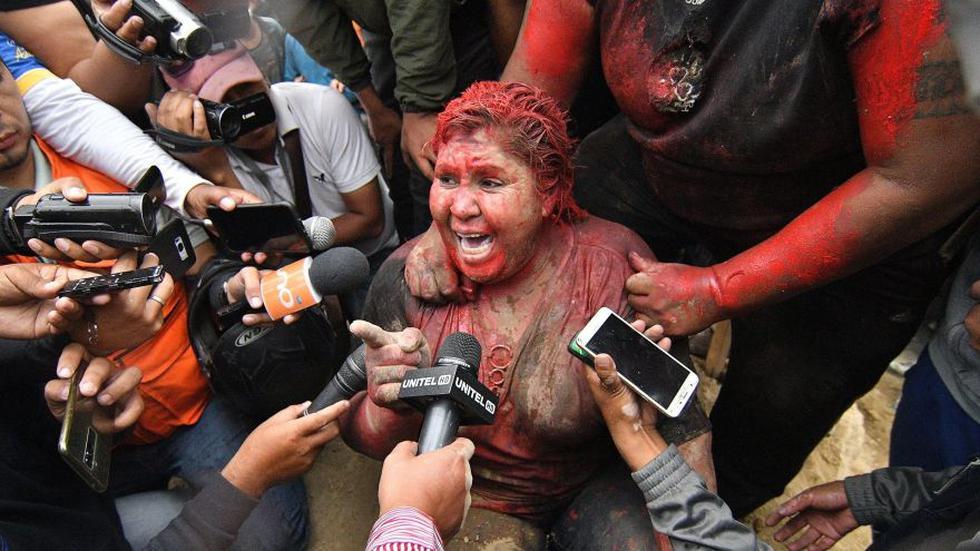 Una turba incendió este miércoles la Alcaldía de la ciudad boliviana de Vinto, en Cochabamba, cuya alcaldesa, la oficialista Patricia Arce, fue arrastrada por la calle, donde la rociaron pintura y la cortaron el pelo, hasta que fue rescatada por la Policía de Bolivia, inmerso en protestas tras los comicios del 20 de octubre. (Foto: EFE)