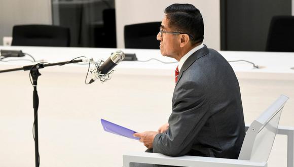 César Hinostroza fue trasladado esposado ante la Audiencia Nacional de España por su extradición. (Foto: EFE)