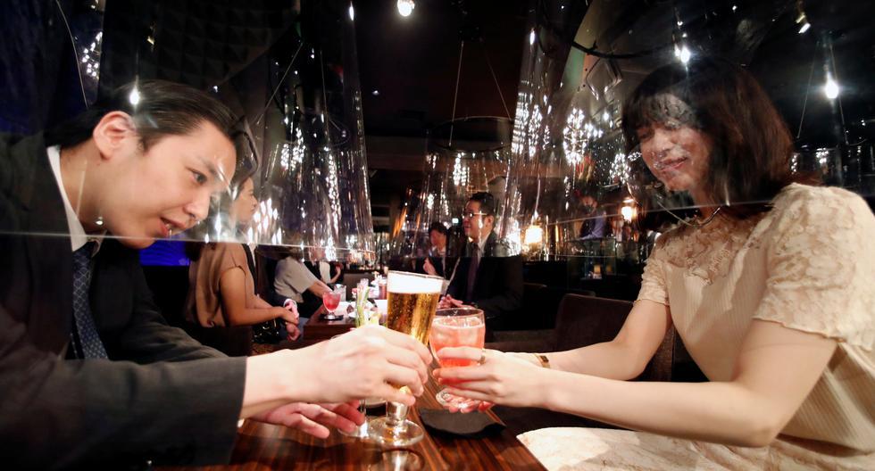En el Jazz Lounge Encounter, se instalan pantallas acrílicas con forma de pecera como parte de las nuevas medidas de prevención contra el coronavirus. Los clientes se sientan dentro estas pantallas para ser entretenidos. La imagen fue tomada en el distrito de Ginza en Tokio, Japón. (Foto: Issei Kato / Reuters)
