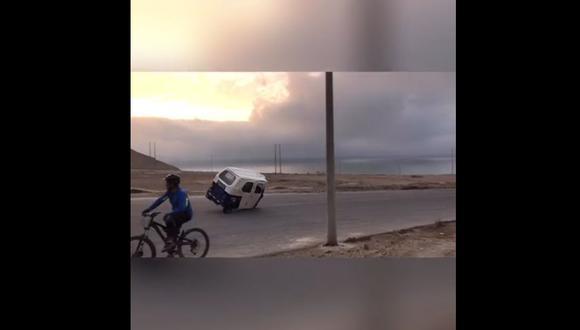Una mototaxi realizando maniobras en un óvalo ubicado cerca a la Herradura. (Video: Juan Carlos Luján)