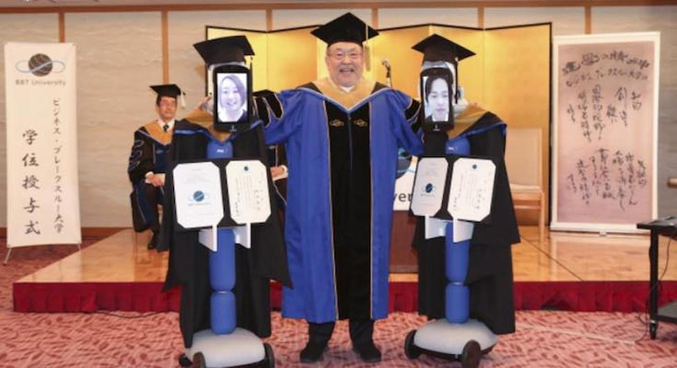 Los recién graduados asistieron con toga y birrete, además de recibir su diploma oficial. (Foto: @NihongoWakaranai/Facebook)