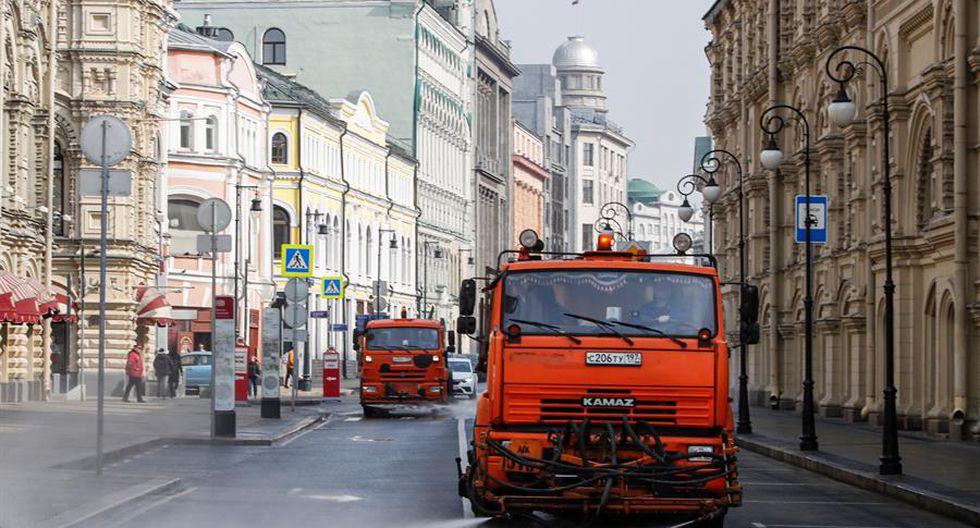 Los autos de servicios municipales lavan la calle con desinfectante en el centro de Moscú, Rusia. (EFE/Sergei Ilnitsky).