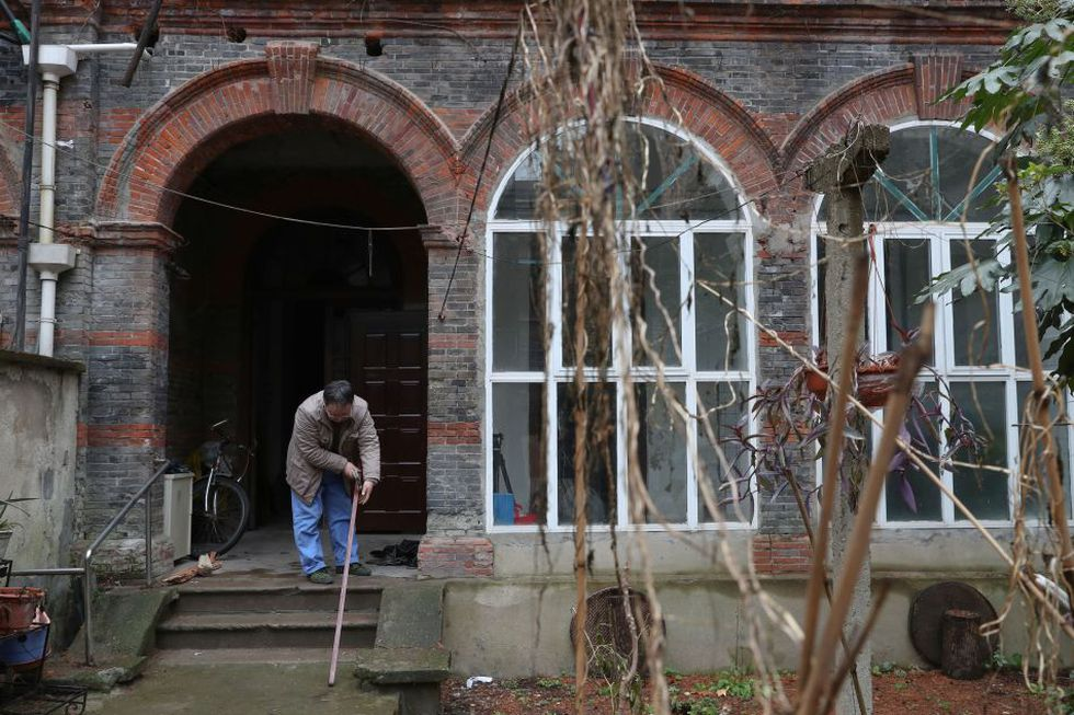 Las casas que lucen abandonadas y tienen significado histórico, son intervenidas por Ma Jiale. (Foto: AFP)