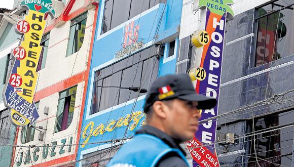 Muchos de los hostales permanecen con las puertas abiertas pese a los carteles de clausura colocados por el municipio de SMP. (César Grados / GEC)