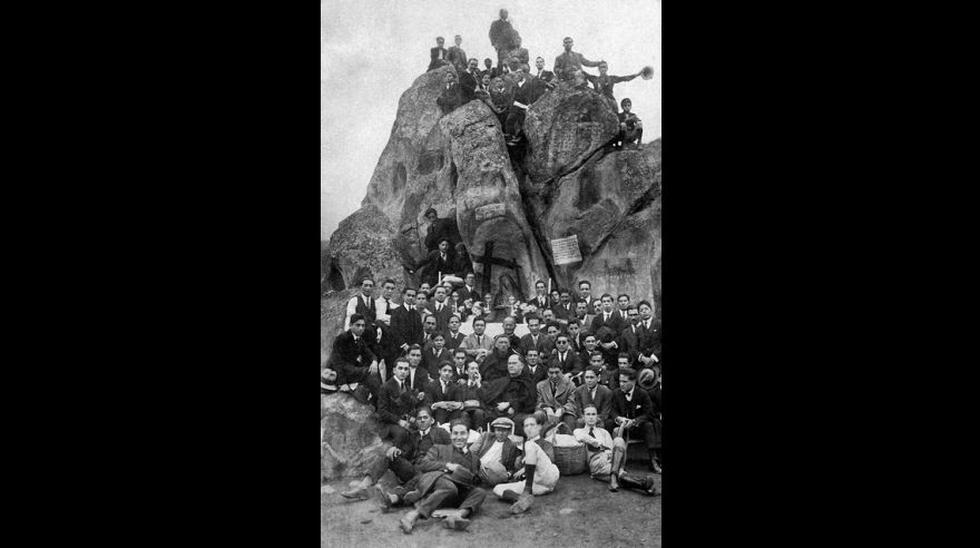 El rector R.P. Jorge Dintilhac, SS.CC., rodeado de alumnos, profesores y autoridades académicas en un paseo a la Pampa de Amancaes, en el distrito limeño del Rímac, en 1925. (Fotografía: Archivo de la Universidad).