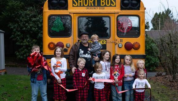 El bus curiosamente venía decorado con cosas para niños, y solo fue cuestión de colocar cinturones de seguridad y pintarlo a su gusto. (Foto: Facebook/ Amy Hayes)