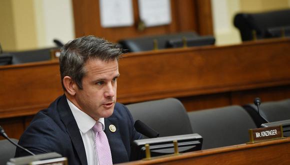 El congresista Adam Kinzinger fue uno de los 10 republicanos que votaron a favor de condenar a Donald Trump en la Cámara de Representantes de Estados Unidos . (Foto: KEVIN DIETSCH / POOL / AFP).