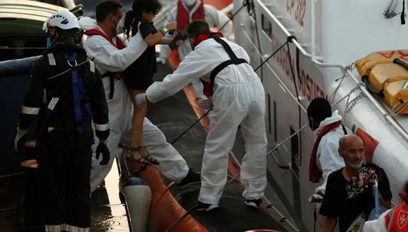 """Las labores se alargaron hasta el amanecer, y los migrantes fueron rescatados por tres barcos: el """"Nadir"""", de la ONG ResQship; el """"Sea-Watch 3"""", de la organización Sea-Watch y el """"Ocean Viking"""". (Foto: Darrin Zammit Lupi / Reuters)"""