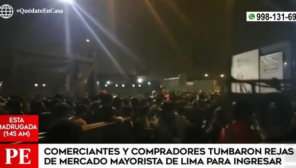 Comerciantes derribaron rejas para ingresar al Gran Mercado Mayorista de Lima en plena inmovilización social por estado de emergencia. (Foto: Captura América Noticias)