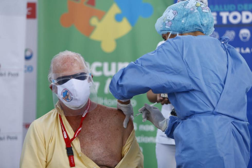 Desde este lunes se lleva a cabo el proceso de vacunación contra el COVID-19 de los adultos mayores que están afiliados a seguros privados. Desde tempranas horas de la mañana, los mayores de 80 años se acercaron a la sede de la Clínica Javier Prado, en el distrito de San Isidro, para recibir la primera dosis de Pfizer. (Fotos: Francisco Neyra/ @photo.gec)