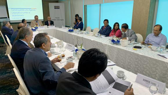 Representantes de Acción Popular, Frente Amplio, Partido Morado, Podemos Perú y Somos Perú participaron de la reunión convocada por Transparencia. (Foto: Transparencia)