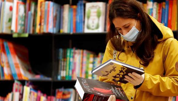 El delivery y el recojo en tienda de libros está permitiendo un impulso al golpeado sector editorial, que ha sido uno de los que más ha sentido la paralización de actividades por la pandemia. Con nuevos protocolos sanitarios y de bioseguridad retomaron la venta, poco a poco, a inicios de junio. (Reuters)