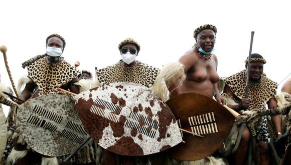 Son el mayor grupo étnico en Sudáfrica y su lengua la más hablada en el país. El pueblo zulú, lleno de valientes guerreros históricos, acaba de enterrar a su rey. Mientras esperan al sucesor repasamos su importancia en la enorme nación africana. (Foto: AP)