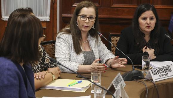Las congresistas de Fuerza Popular Rosa Bartra (centro) y Tamar Arimborgo (derecha) participan en una sesión de una comisión investigadora del Parlamento, el pasado 24 de julio. (Foto: Congreso).
